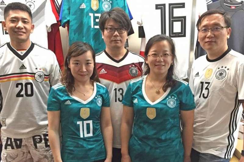 中國國家足球隊幾乎從沒有入圍世足賽的份,但中國的億萬球迷似乎從很早開始就習慣當個外國球迷,其中最大群體是支持德國隊。(德國之聲)