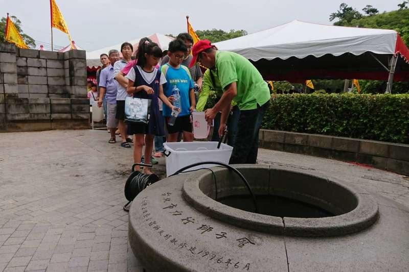 台中市風景區管理所在大甲鐵砧山「劍井」前廣場,舉辦「端午節取午時水」活動。(台中市政府提供)