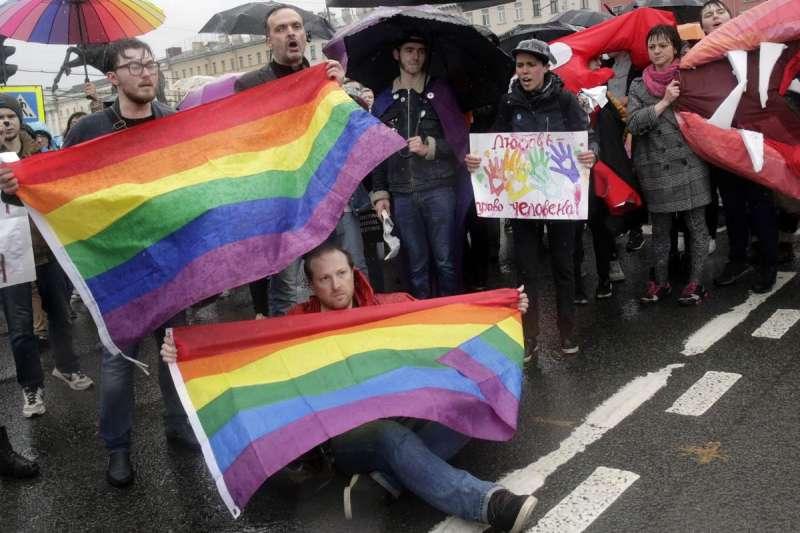 俄羅斯LGBT團體高舉彩虹旗,藉由世足賽宣傳同志人權議題(AP)