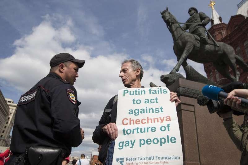 英國著名LGBT人權運動者塔切爾在俄羅斯莫斯科舉牌抗議,批評俄羅斯總統普京未能制止車臣虐待同志(AP)