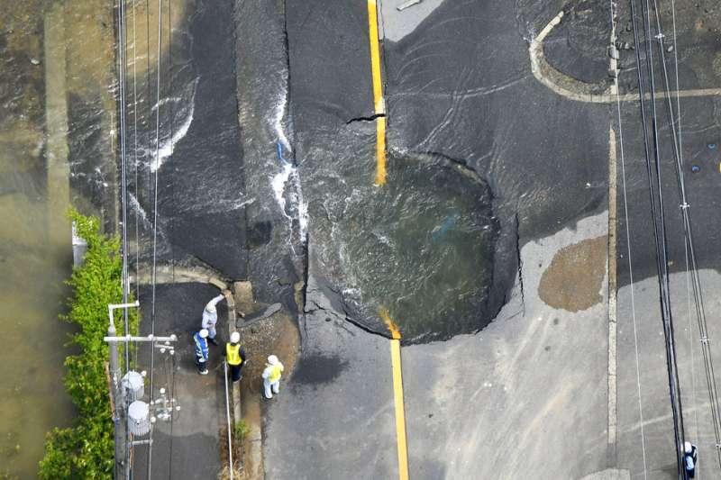 位於震央附近的大阪府高槻市地面出現龜裂大洞。(美聯社)