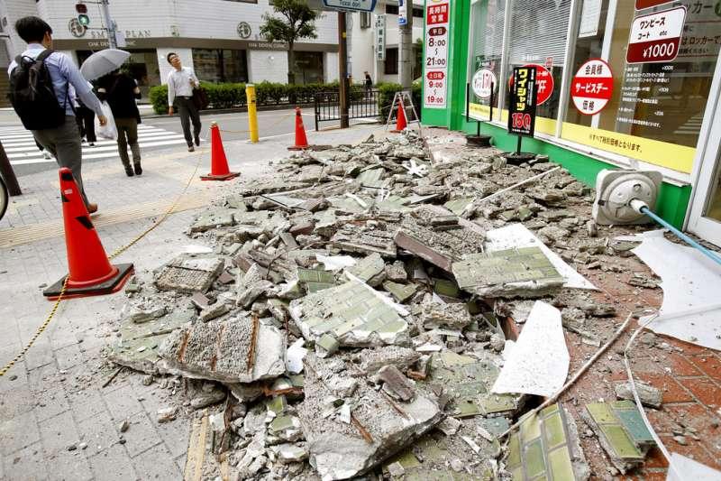 日本大阪發生強震,大阪府茨木市的建物受到損害。(美聯社)