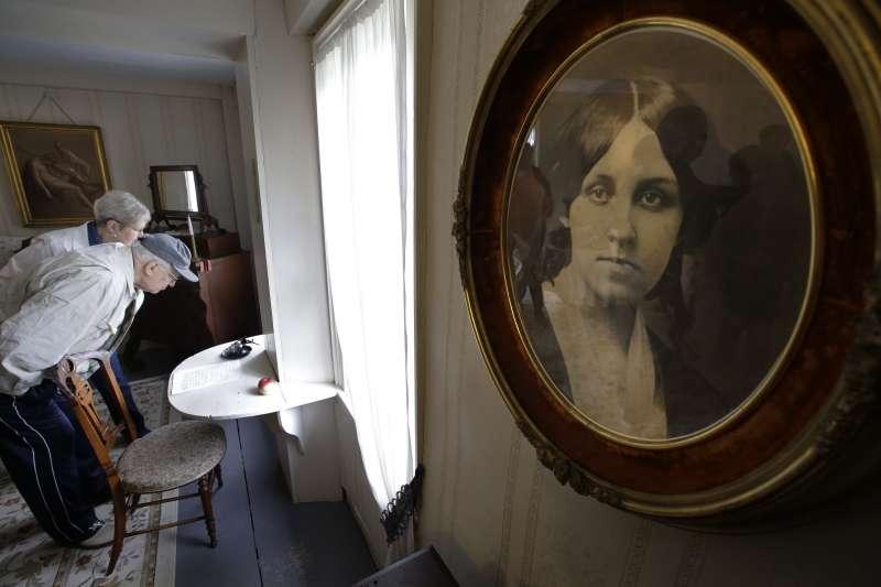 奧爾柯特的故居「果園屋」後來變成歷史博物館,遊客正仔細看著奧爾柯特當年用來創作《小婦人》的書桌(美聯社)