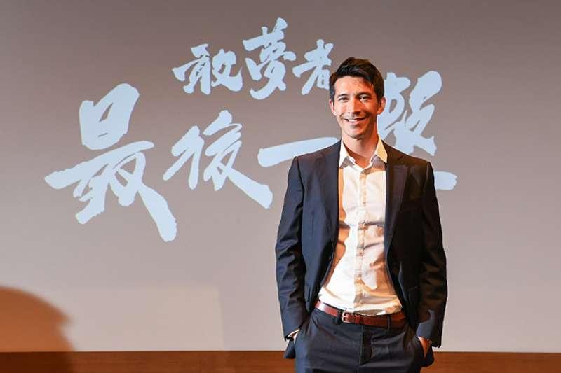 以台灣足球英雄陳昌源為主角的紀錄片《敢夢者:最後一擊 陳昌源》即將於6月22日上映,特地遠赴歐洲紀錄陳昌源的足球生涯故事。(圖/敢夢者團隊提供)
