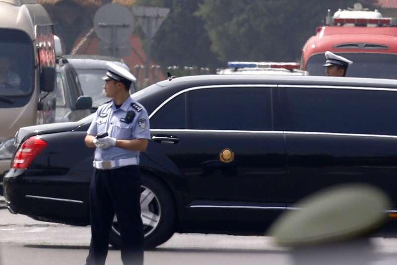 北韓領導人金正恩19日突然訪問中國,車隊經過的北京街頭也再次出現加強管制的緊張氣氛。(美聯社)
