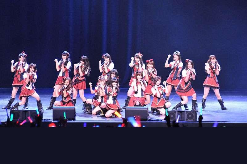 跟韓國團體走的是不同的路線、為什麼日本偶像團體能吸引這麼多粉絲支持?(圖/Dennis Amith@flickr)