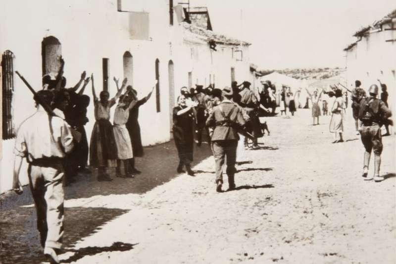 1936年西班牙內戰爆發,國民軍進入村莊,民眾舉手投降。(Wikipedia / Public Domain)