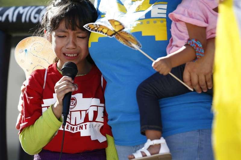 6月18日,美國亞利桑那州鳳凰城民眾在地方法院前抗議川普政府的移民政策拆散非法移民家庭,8歲女孩維嘉絲(Akemi Vargas)哭著訴說自己被迫與爸爸分開的遭遇(美聯社)