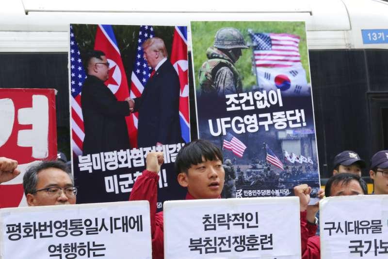 南韓的左翼勢力在美國大使館外抗議,要求停止美韓軍演、甚至主張美軍撤出朝鮮半島。(美聯社)