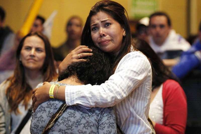 2018年6月17日,哥倫比亞總統第二輪選舉,左翼候選人佩德羅(Gustavo Petro)落選,支持者互相安慰。(AP)