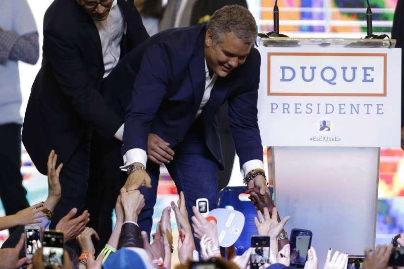 2018年6月17日,哥倫比亞總統第二輪選舉,保守派杜克(Ivan Duque)成為新任總統,與支持者擊掌。(AP)