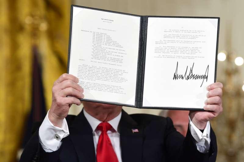 美國總統川普18日在華府簽署太空政策指令,正式宣布成立「太空軍」。(美聯社)