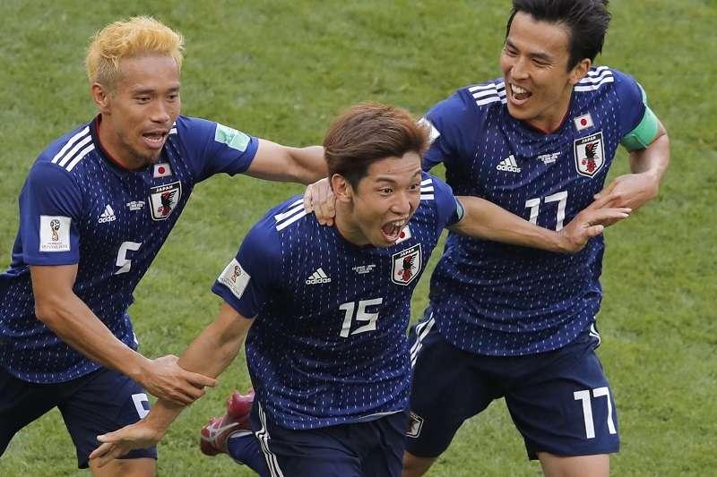 日本靠著大迫勇也(中)的關鍵頭錘破門,以2比1爆冷擊敗強敵哥倫比亞。 (美聯社)