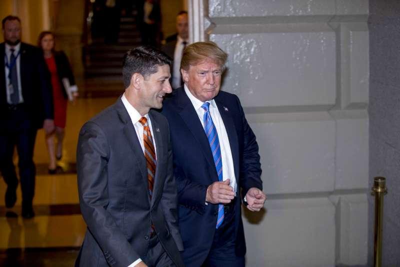 美國總統川普19日前往國會山莊,與共和黨議員開會,並與眾議院議長萊恩商討移民政策。(AP)