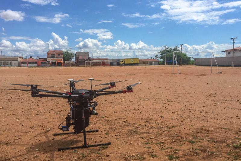 該組織利用無人機,從空中釋放數十萬隻太監蚊擾亂繁衍,成功減少病媒蚊數量,還對環境無汙染。(圖/智慧機器人網提供)
