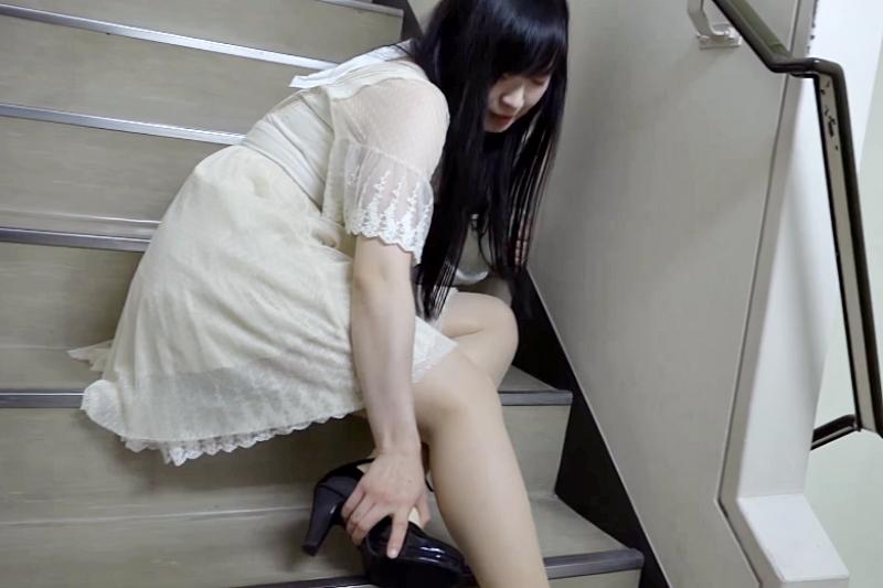 一般人生活中上下樓梯或是走路 (尤其是穿著高跟鞋的女性)會因為踩踏不慎造成腳踝扭傷。(示意圖非本人/翻攝自youtube)