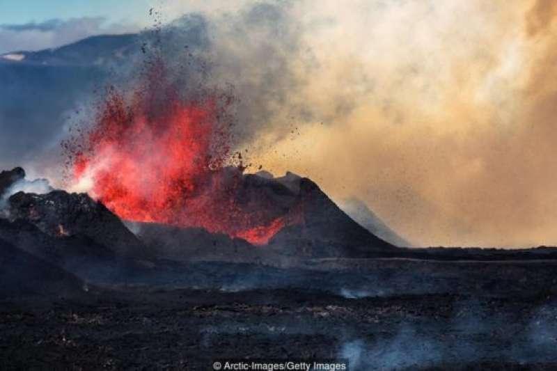 冰島位於北美板塊和歐亞板塊之間的裂縫上,板塊運動導致該國經常有火山爆發和地震。(BBC中文網)