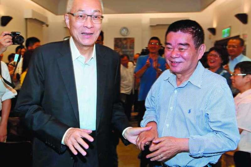姚江臨(右)等人替吳敦義(左)提案,讓新竹縣長提名機制大轉彎。(郭晉瑋攝)