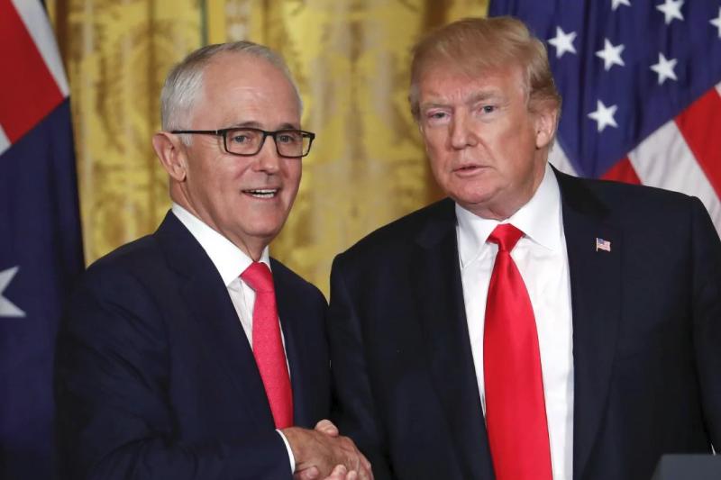 澳洲民眾認為美澳同盟,但對美國總統川普(右)沒有好感,圖左為澳洲總理騰博(AP)