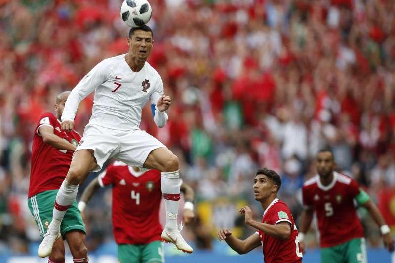 台灣觀眾搶看世足賽的熱潮,讓NCC不得不正視OTT的經營問題。圖為昨天葡萄牙與摩洛哥之戰,球星C羅頂球。(美聯社)