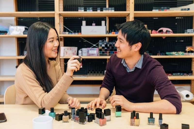要追逐時尚潮流,到紐約一定得去第5大道逛逛,但可別以為這裡的美妝市場,都是大公司天下,由來自台灣的兄妹檔創立的Live Love Polish,就在這裡寫下好成績。(圖/王曉桐,數位時代提供)