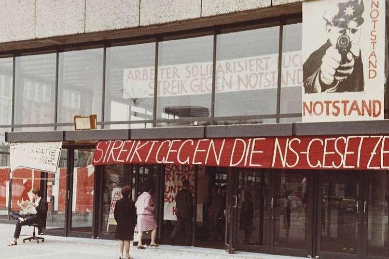 1968年5月學生抗議,地點在柏林工業大學建築設計系館,抗議德國戒嚴令實施。(Holger.Ellgaard 維基百科)