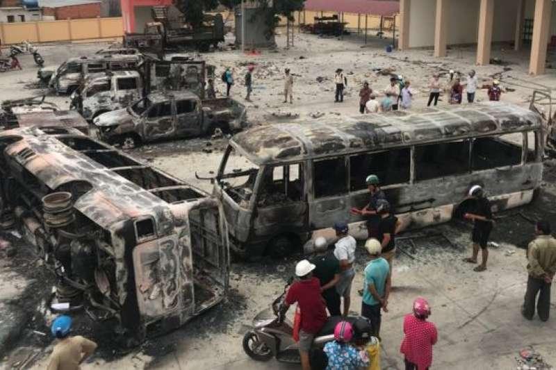 在平順省的示威中,有多架車輛被焚毀。(BBC中文網)