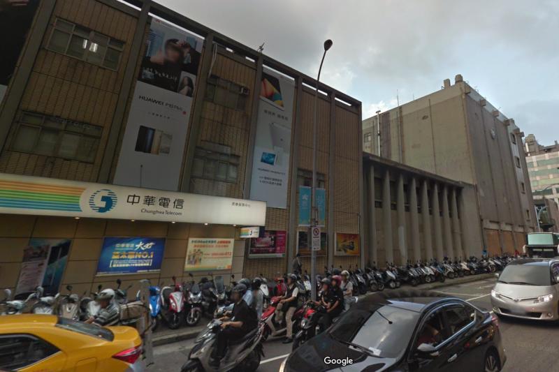 中華電信長春路營業處,未來除了一樓將作為中華電信營業據點外,還將保留3-4個樓層作為新進員工宿舍,其餘部分,則作為社會住宅使用。(翻攝自 Google map 街景)