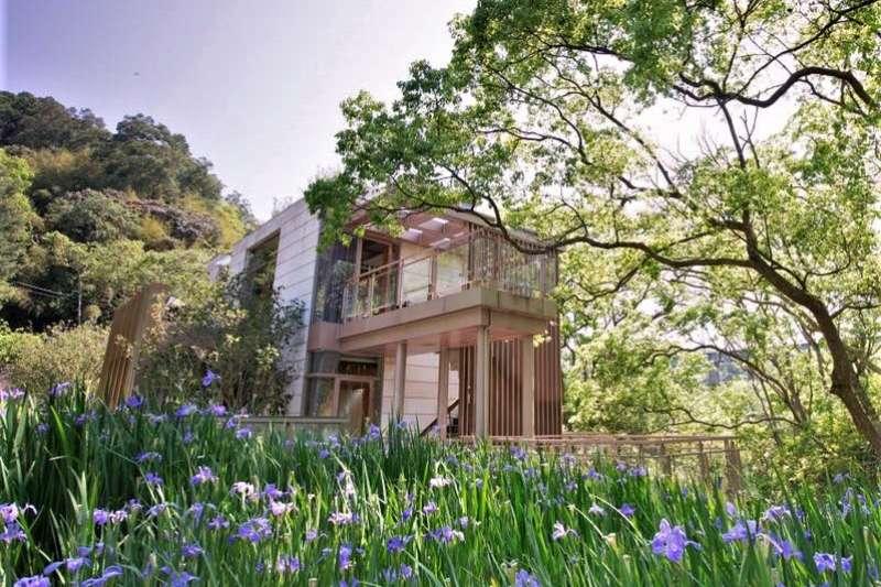 苗栗有山、有水、有濃濃客家風情,還有桐花、溫泉、草莓園等數不盡觀光好去處,周邊的民宿當然更是一家比一家還厲害。(圖/取自樹也 ChooArt Villa FB)