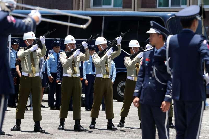空軍第五聯隊飛官吳彥霆喪禮,在一旁待命的八位憲兵持T-91步槍,以擊發空包彈的方式,鳴發喪槍。(蘇仲泓攝)