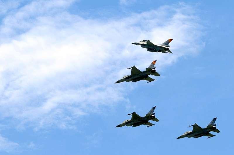 空軍第五聯隊飛官吳彥霆喪禮,4架F-16戰機編隊飛抵會場上空,其中一架猛然迅速拉升,脫離隊伍,象徵吳彥霆永遠離開大家。(蘇仲泓攝)