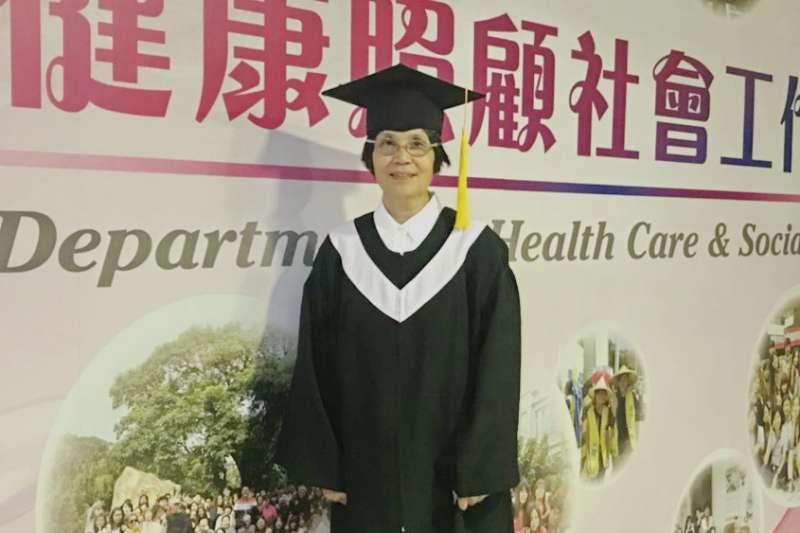 今年63歲的李秋蘭不但順利從社工系畢業,還考取了照服員及保母兩張證照。(圖/育達科大提供)