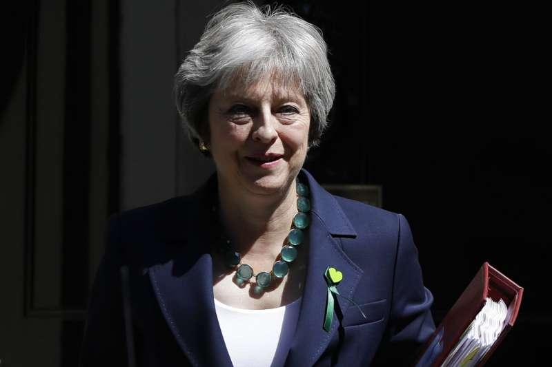 2018年6月13日,英國首相梅伊(Theresa May)離開唐寧街前往國會備詢。(AP)
