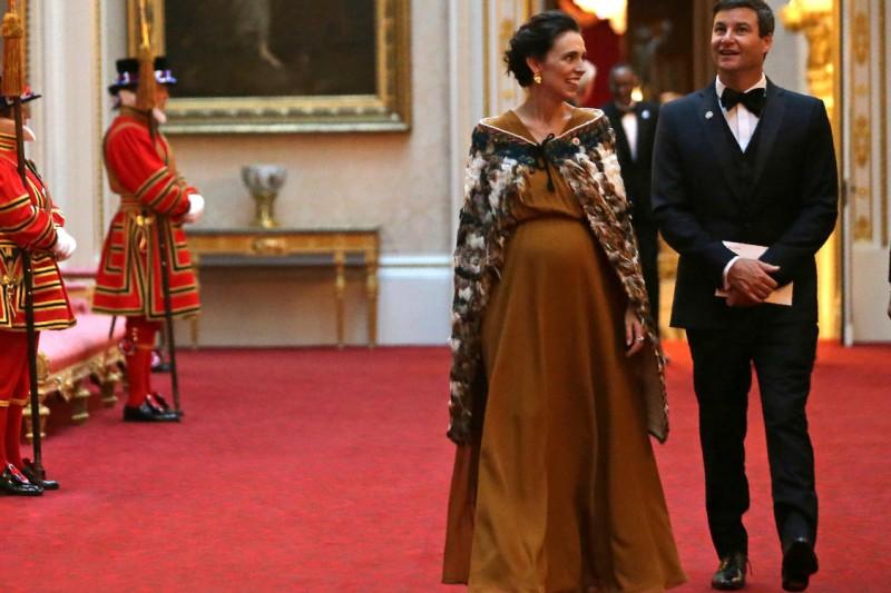 紐西蘭總理雅頓與伴侶蓋福德前往英國白金漢宮,接受英國女王伊莉莎白二世的招待,當時雅頓的肚子已經很明顯。(美聯社)