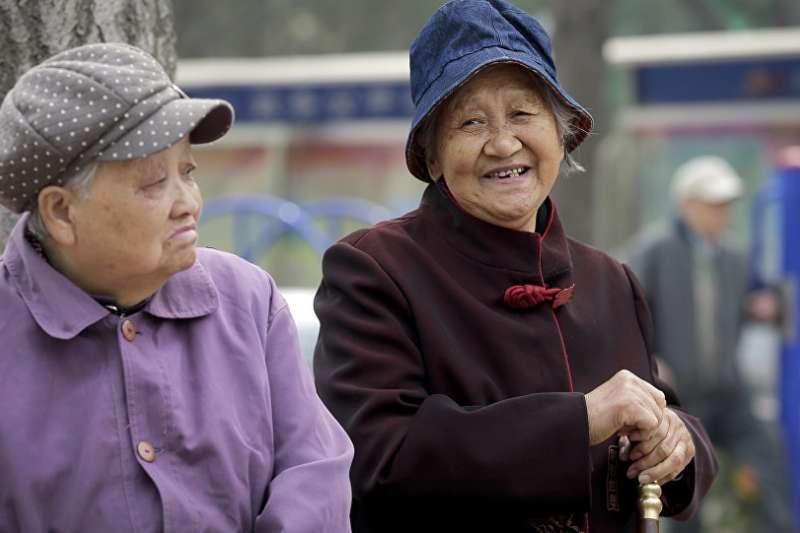 作者指出,人口老化是決定台灣社會經濟地貌最重大的因素之一,但政府對解決此問題一再延誤,於是民粹政治日漸累積其能量。(資料照,美聯社)
