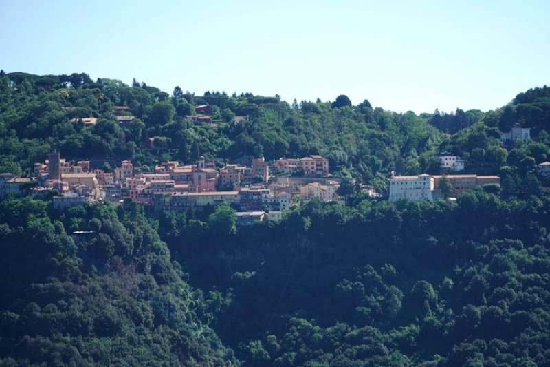阿樂巴尼丘陵上的小山城。(曾廣儀攝)