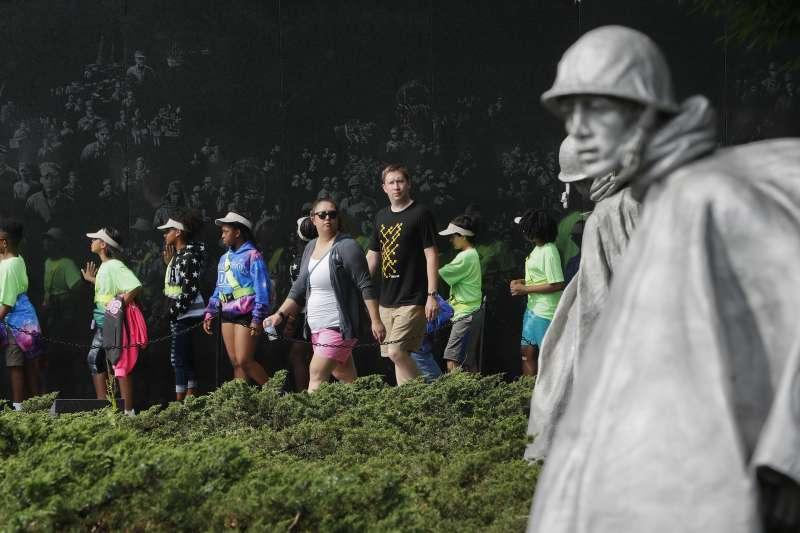 遊客參觀美國華盛頓的韓戰老兵紀念碑(美聯社)