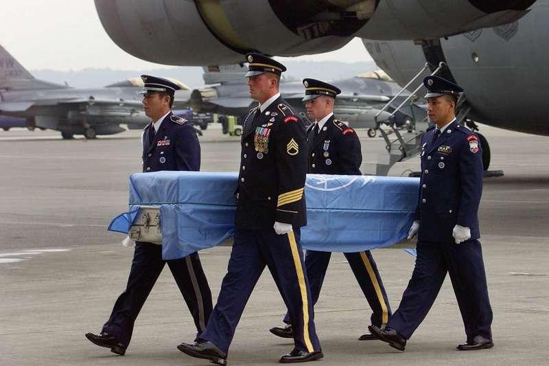 2000年9月,日本横田空军基地,聯合國士兵抬著裝有韓戰失蹤美軍遺骸的棺木(美聯社)