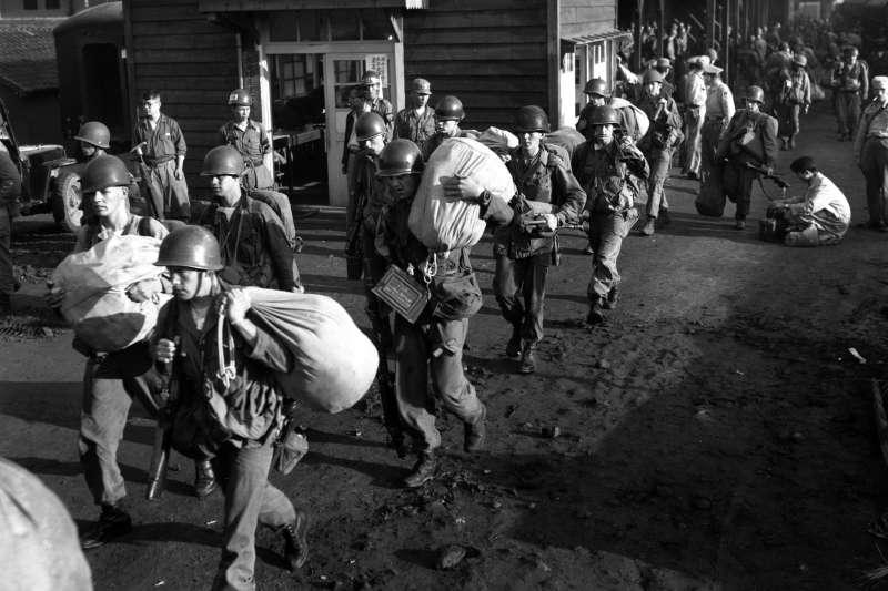 1950年7月,投入韓戰的美軍離開南韓大田廣域市的火車站,準備到前線(美聯社)