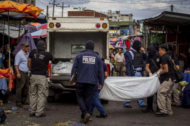 2017年3月15日,薩爾瓦多首都聖薩爾瓦多中央市場爆發私人警衛與幫派駁火的事件,警方到場處理。(AP)