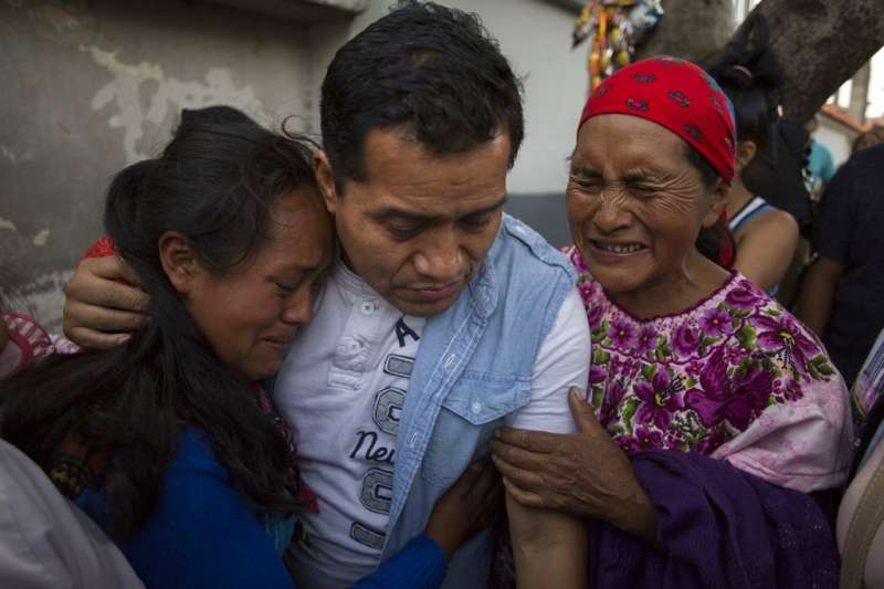 2018年6月20日,遭美國遣返的非法移民洛佩茲(Juan Lopez)與家人相擁(圖非當事人)。(AP)