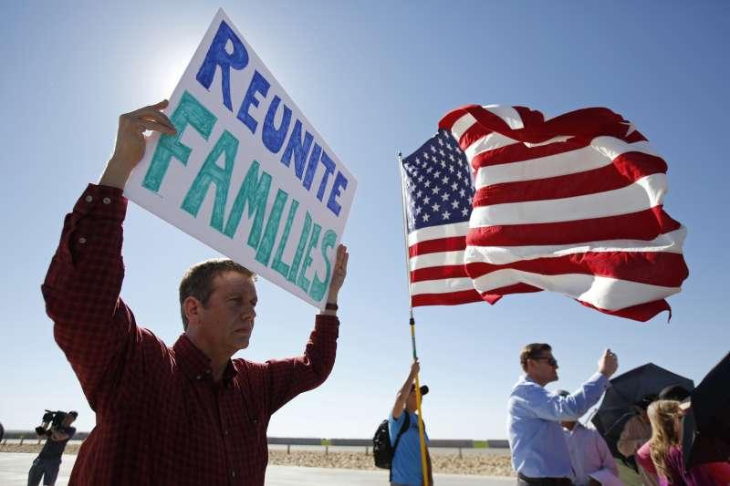 6月21日,民眾在德州的美墨邊境抗議川普政府強迫拆散非法移民家庭(美聯社)