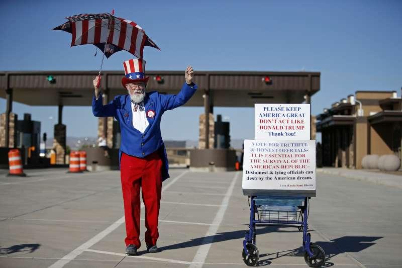6月21日,一位民眾打扮成「山姆大叔」,在德州的美墨邊境抗議川普政府強迫拆散非法移民家庭(美聯社)