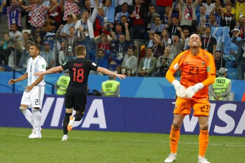 阿根廷門將賈柏耶樂(右)發生嚴重失誤,短傳給隊友時遭到克羅埃西亞的雷比奇(18號)攔截,意外失掉一球。(美聯社)