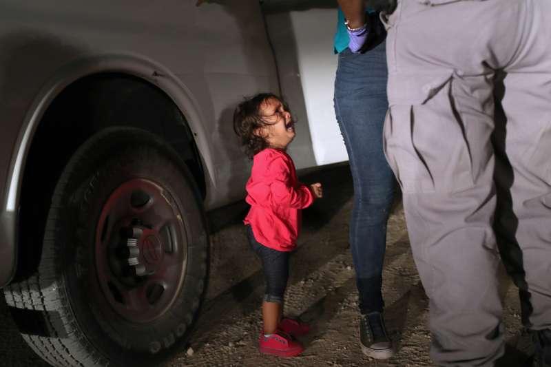 2018年6月12日,攝影記者摩爾在美墨邊界拍下2歲女童大哭照,令全世界心碎,也讓川普改變移民政策。(John Moore / Instagram)