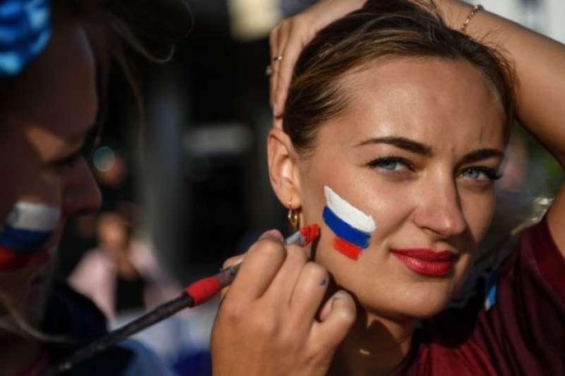 世界盃期間,連鎖快餐漢堡王(Burger King)俄羅斯分支的一則廣告招致了眾怒。圖為俄羅斯女性球迷。(BBC中文網)