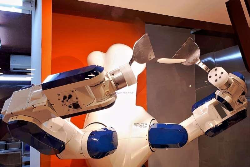 機器人主廚 BOBE 大顯身「手」,公開炒飯給你看。(圖/郭岱軒,智慧機器人網提供)