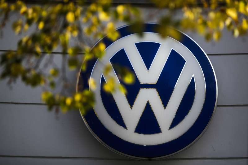 歐美貿易戰冤冤相報,2018年6月22日,美國總統川普威脅對從歐盟進口的汽車加徵20%關稅,德國車廠首當其衝,這是福斯(AP)