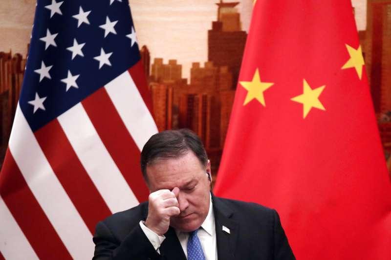 中國透過收買媒體、打壓異議人士,逐步擴張在美國的影響力,圖為14日前往中國訪問的美國國務卿龐畢歐。(AP)