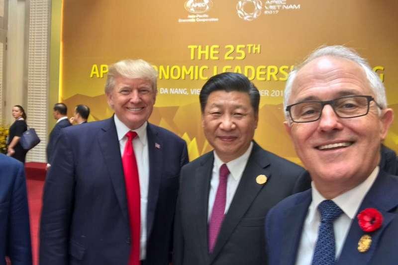 2017年11月APEC領導人會議,澳洲總理騰博(Malcolm Turnbull,右)與中國國家主席習近平、美國總統川普玩自拍(Malcolm Turnbull@TWITTER)